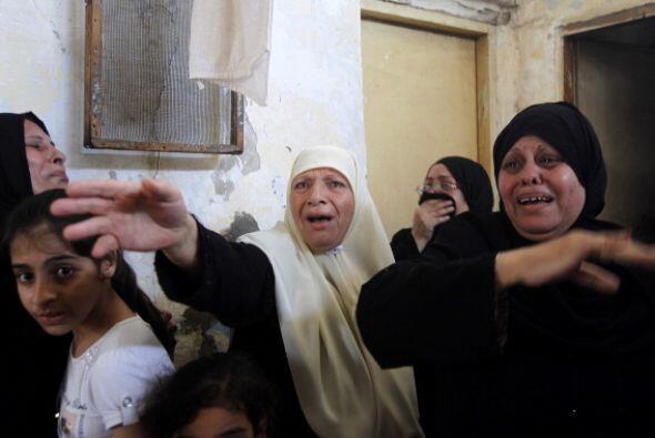 Familiares de   la familia   al-  Hajj   lloran  cuando se reúnen  en un...