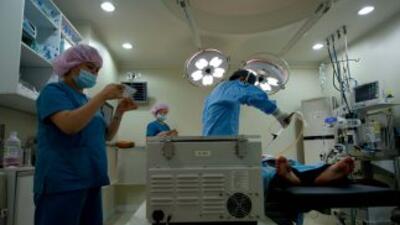 El día de la operación, dos horas después de entrar al quirófano, el doc...