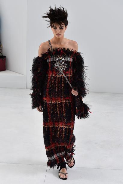 La modelo portó un vestido rojo y negro que tenía plumas....