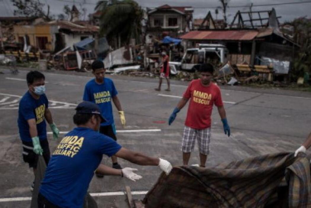 El hedor de descomposición de los cadáveres ahoga la ciudad filipina de...