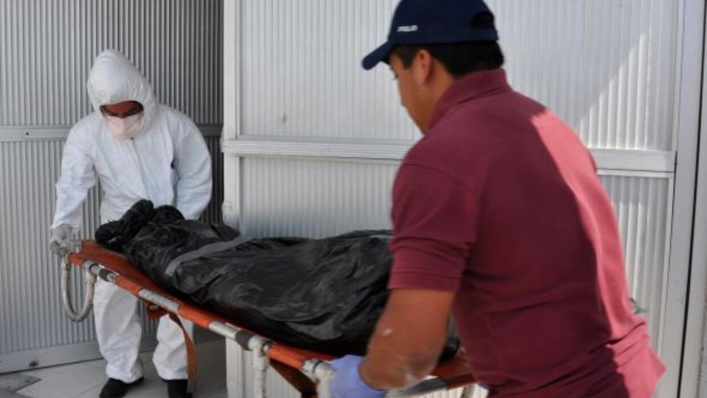 Uno de los cadáveres recuperados de las fosas, es ingresado en la morgue...