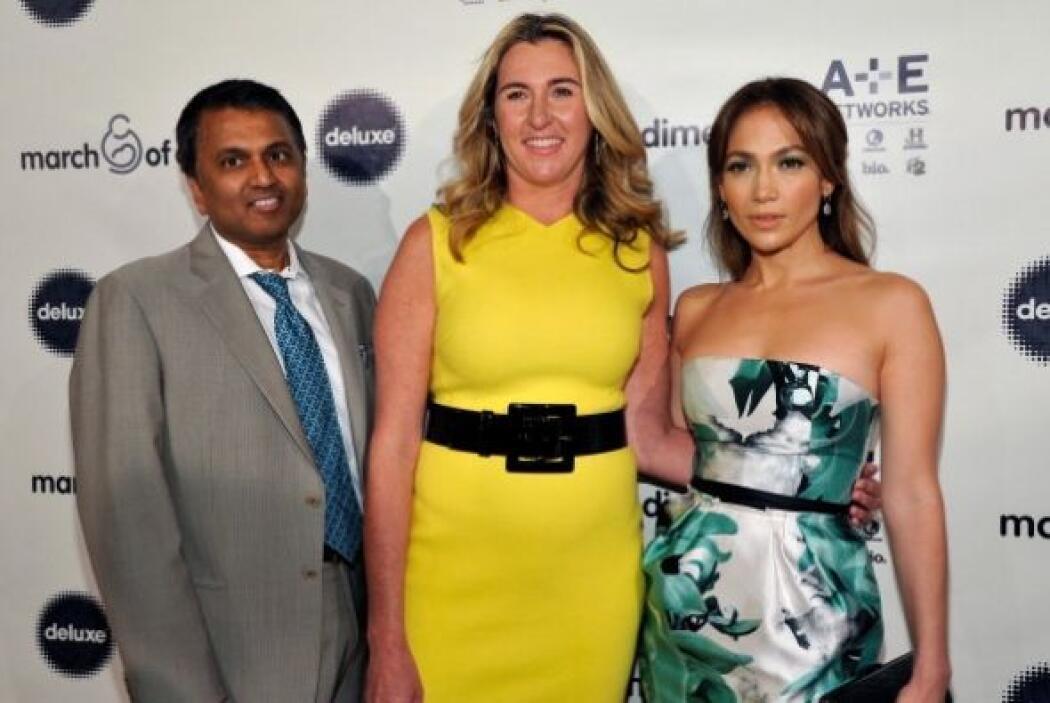 Nancy Dubuc y el doctor Balaji Govindaswami acompañaron a JLo durante es...