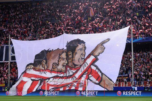 Los fans del Atlético de Madrid desplegaron esta manta durante el encuen...