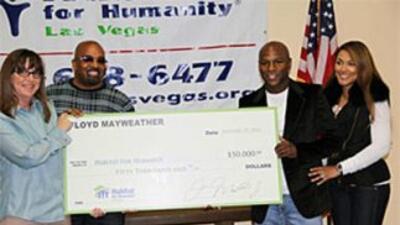 Floyd Mayweather y su prometida Shantal Jackson posan con el cheque (Fot...