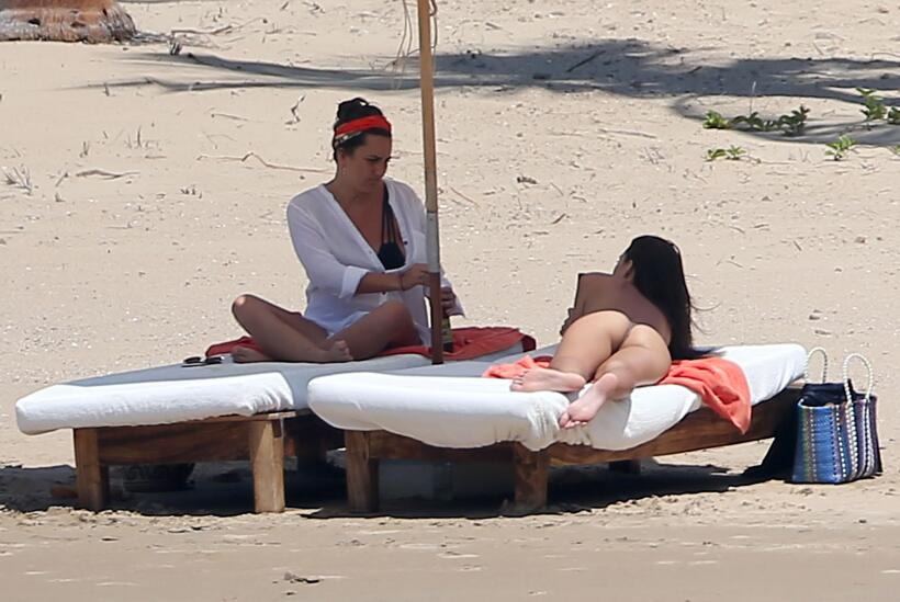 La modelo toma el sol en la playa mexicana