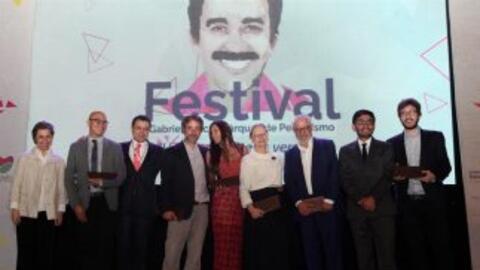 Ganadores de diversas categorías después de recibir el Premio de Periodi...