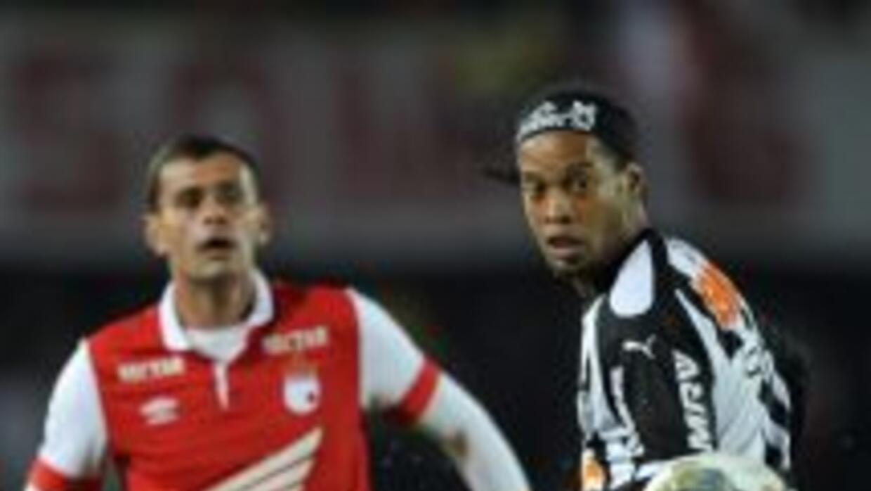 Ronaldinho volvió a ser titular con el Mineiro en su visita a Bogotá.