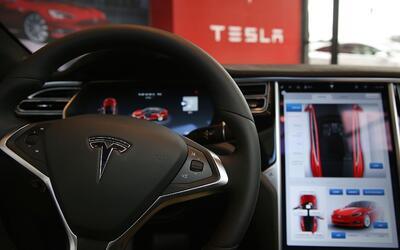El sistema de conducción autónoma Autopilot de Tesla se en...