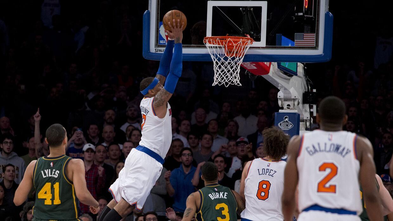 Carmelo Anthony (7), de los Knicks de Nueva York, se eleva para clavar e...