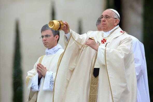 El Papa Francisco inicia la ceremonia de canonización de los papas San J...