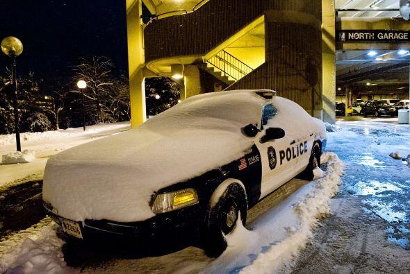 Una patrulla de la policía de Washington DC cubierta de nieve la madruga...