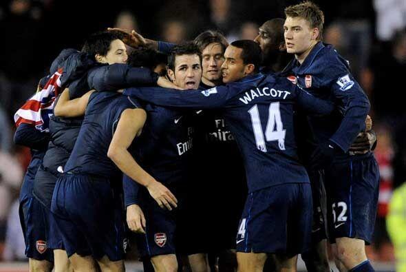 Arsenal ganó 3-1 y le dedicó el triunfo al lesionado Aaron...