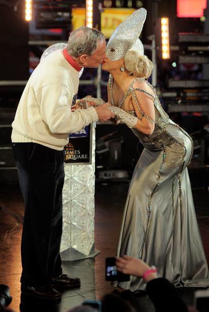 Lady Gaga cumplió el rito neoyorquino con un beso al alcalde Bloomberg....