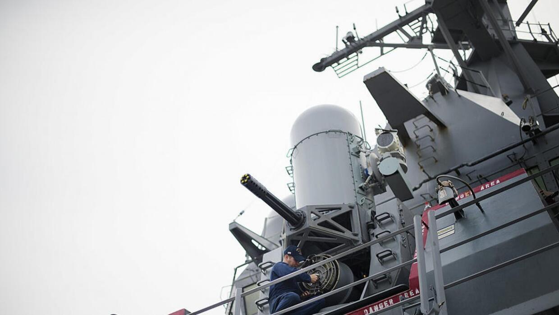 En video: navíos de guerra iraníes interceptan un destructor estadounide...