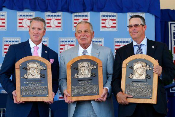 Tom Glavine, Bobby Cox y Greg Maddux junto con sus placas.
