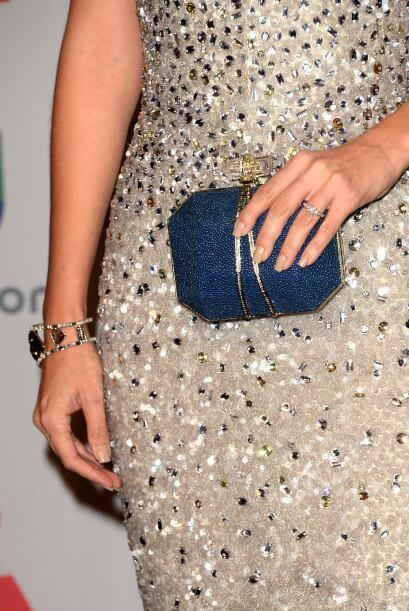 Su anillo de compromiso, su brazalete y una 'clutch' contrastante fueron...