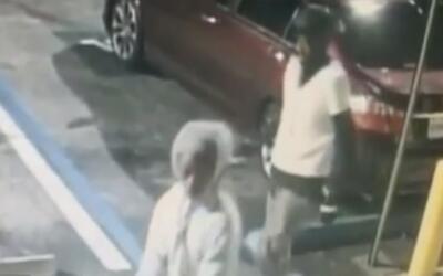 En video el momento en el que dos hombres intentan romper con piedras un...