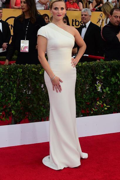 ¿Qué tal el vestido blanco ceñido de Reese Witherspoon?