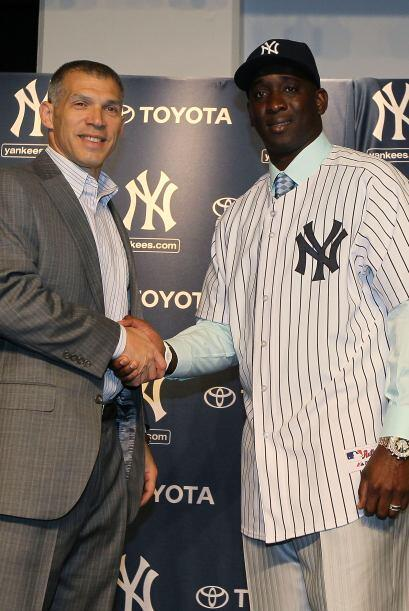 Los Yankees anunciaron que firmaron al lanzador derecho, y miembro del e...
