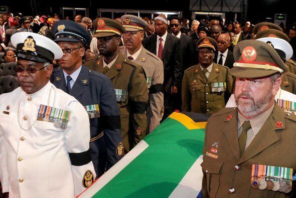 El féretro recorrió el trayecto, entre la casa de Mandela...