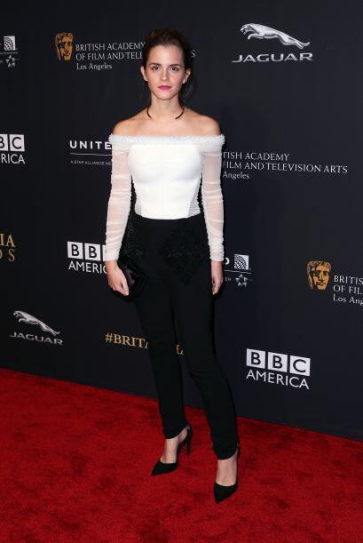 La actriz apostó por un pantalón entallado y una coqueta blusa, que dejó...