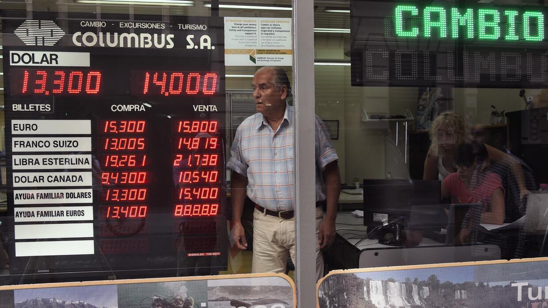 Un hombres en una casa de cambio.