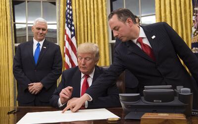"Trump firma su primera orden ejecutiva para ""aliviar la carga de Obamacare"""
