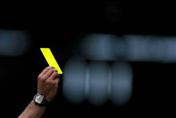 Un cartón amarillo está penado con 2018 pesos y una expuls...