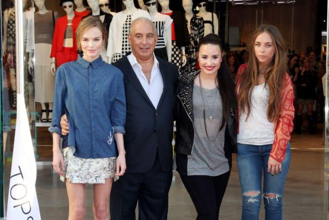 Aquí la vemos posando junto a Kate Bosworth, su padre Sir Phillip Green...