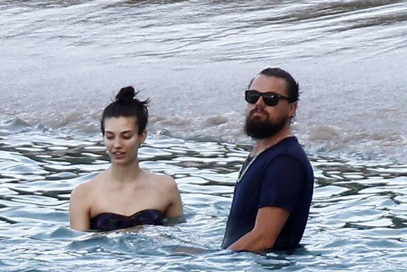 Se remojó en las calmadas olas.