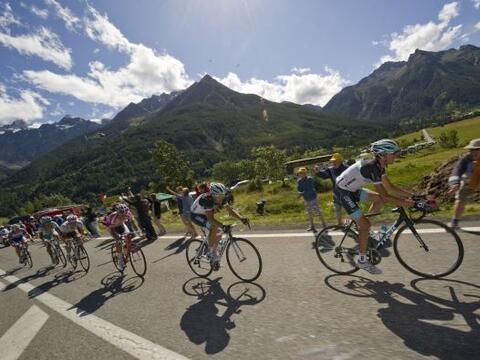 Los hermanos Schleck, del equipo Leopard, hicieron el uno-dos en la etap...