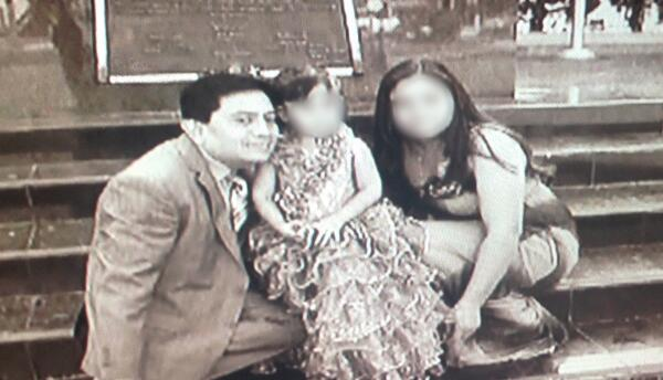 Isidro Medrano García con la familia que formó con su víctima