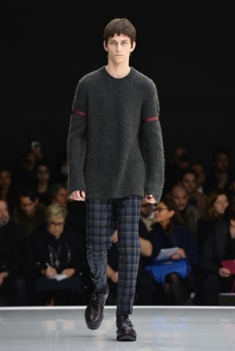 Suéteres holgados fueron combinados con pantalones rectos y tipo 'slim'.