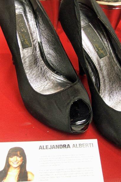 Y estos zapatos representan una figura nueva en el museo del Latin GRAMM...