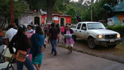 Vecinos y amigos se acercan a Ayotzinapa a ofrecer ayuda