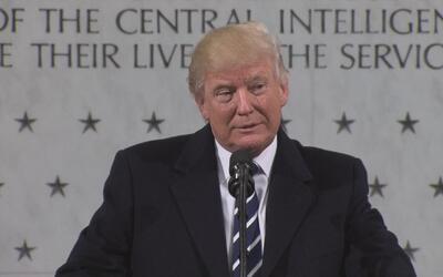 Donald Trump habla a los oficiales de la CIA en la sede de la agencia en...