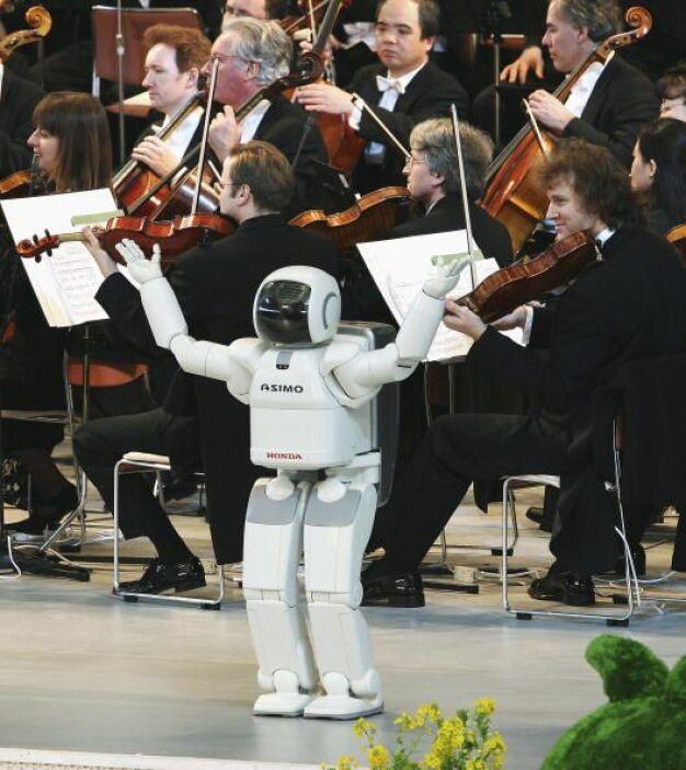 Además de meter goles, ASIMO puede dirigir una orquesta sinfónica.