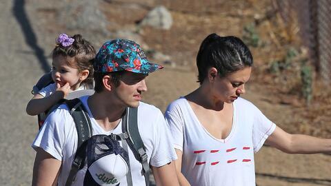 Mila Kunis y Ashton Kutcher paseando en familia.