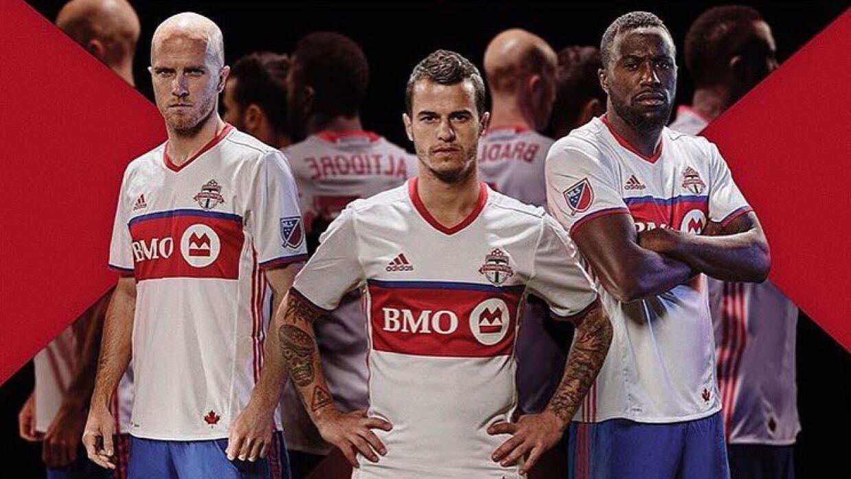 Bradley, Giovinco y Altidore lucen el nuevo atuendo de Toronto FC.