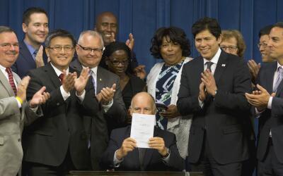 Jerry Brown firma la ley SB 1234 del plan de retiro en California.