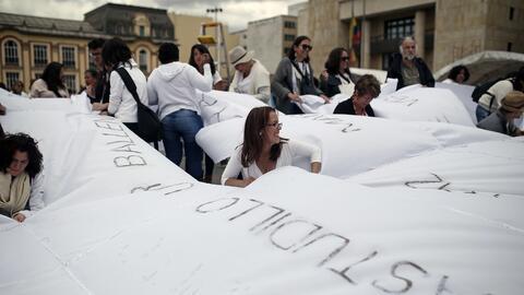 Colombianos honran a las víctimas del conflicto cubriendo la Plaza de Bo...