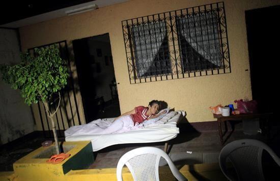 Otros optaron por sacar sus camas y colchones para dormir en las calles...