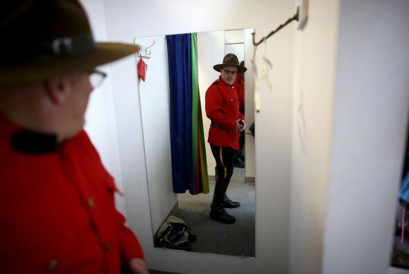 Un visitante de Dixon Costumes prefirió romper un poco lo tradici...