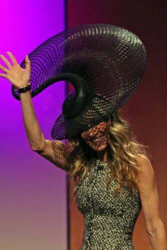 ¿Sombrero de ovni? durante una entrevista la actriz no defraudó al públi...