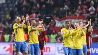 Los jugadores de Suecia celebran su triunfo sobre Dinamarca.