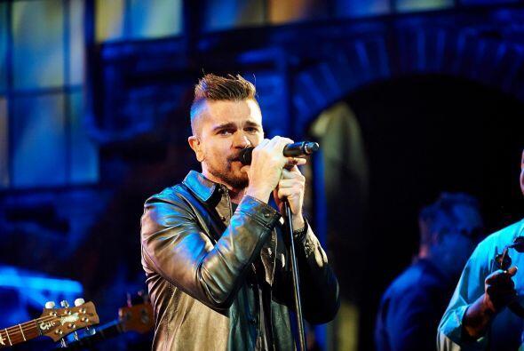 Juanes interpretó el tema 'La Flaca', acompañado por una o...