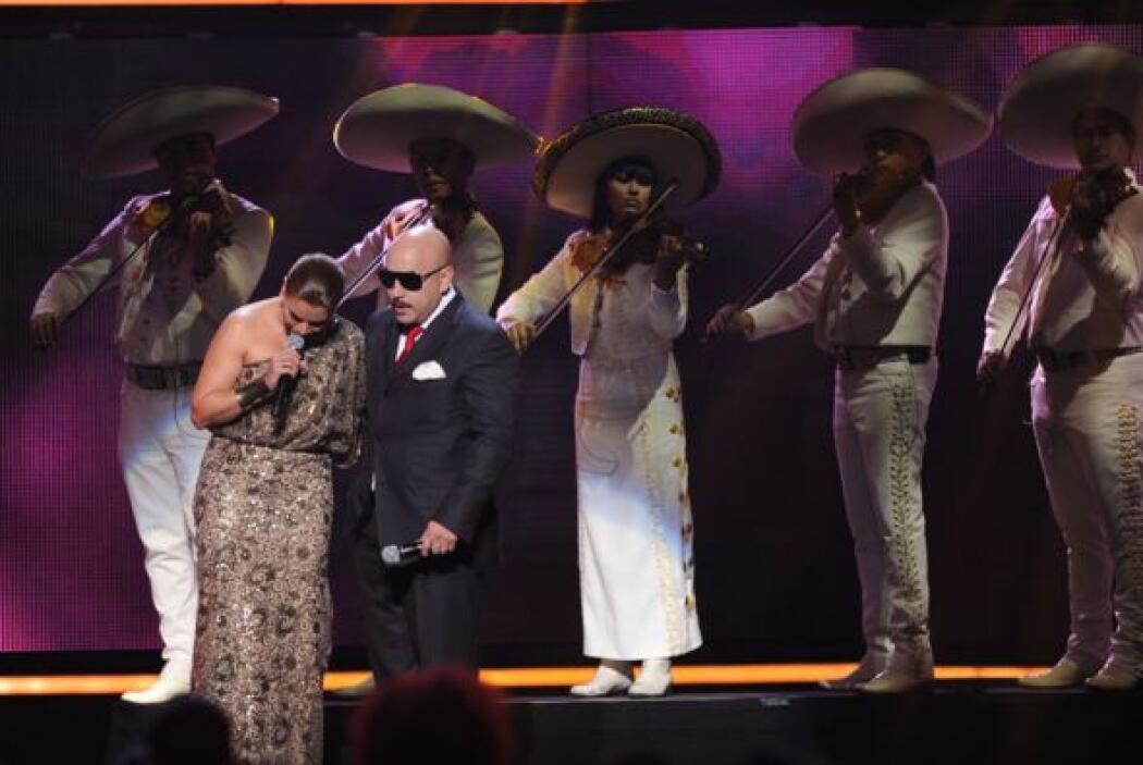 'La Mujer de Fuego'  abrazó a Lupillo y juntos siguieron cantando.