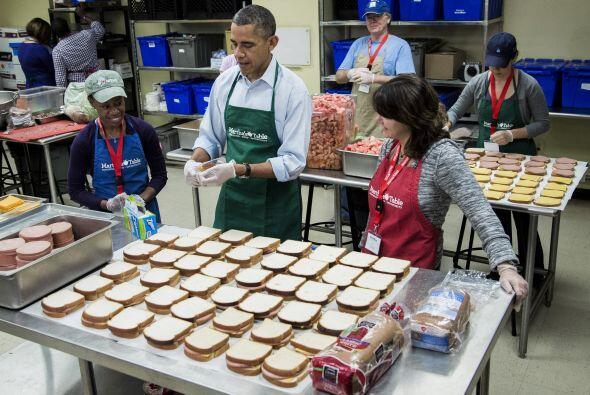 Obama ayudó a empaquetar sandwiches junto a varios empleados federales,...