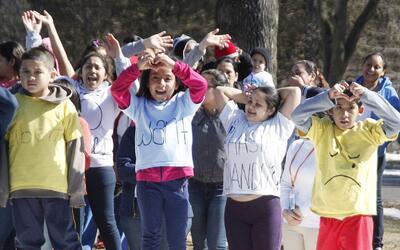 Niños migrantes en el centro de detención familiar de ICE en el condado...