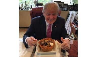 Trump quiere llegarle a los hispanos al corazón... con este taco bowl 92...